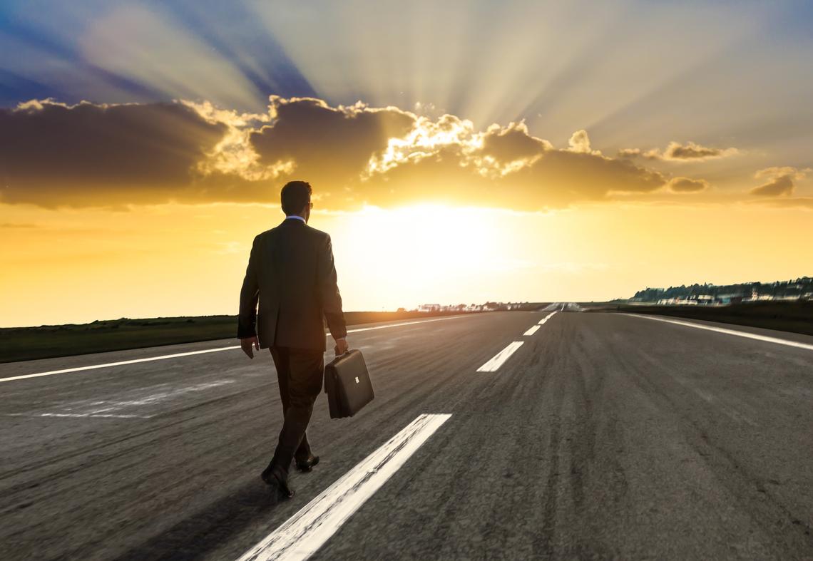 человек идущий по дороге картинка этого